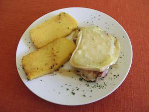Zrezek zatminc s sirom in polento